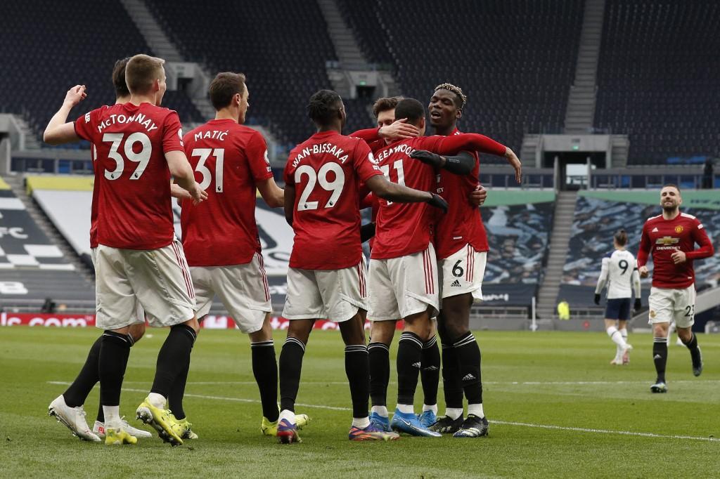 Atletas comemoram o último gol da vitória sobre o Tottenham
