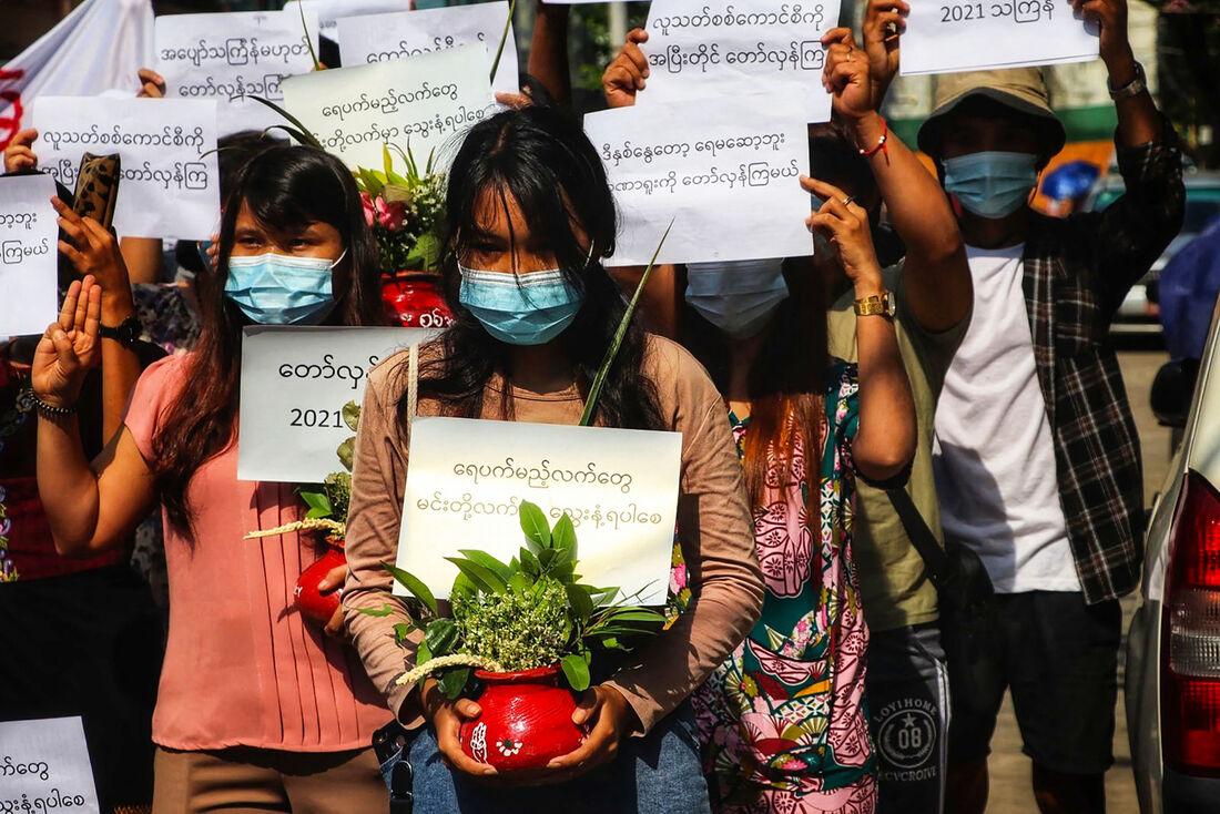 Manifestantes protestando durante o tradicional Festival das Águas, em Mianmar