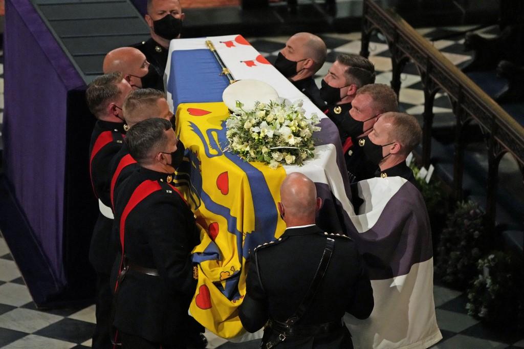Cortejo com caixão de príncipe Philip é iniciado