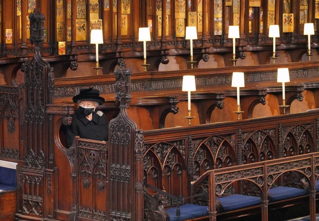 A rainha Elizabeth 2ª, sentada isolada durante funeral de seu marido, em capela no castelo de Windsor