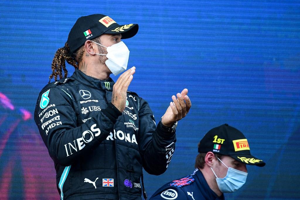 Lewis Hamilton aplaude Max Verstappen (fundo), vencedor do GP da Emília-Romagna
