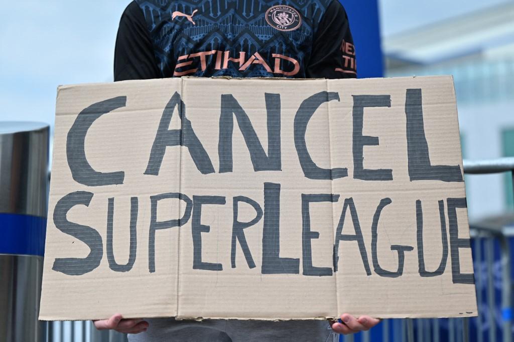 Protesto contra a Superliga na porta do estádio do Chelsea