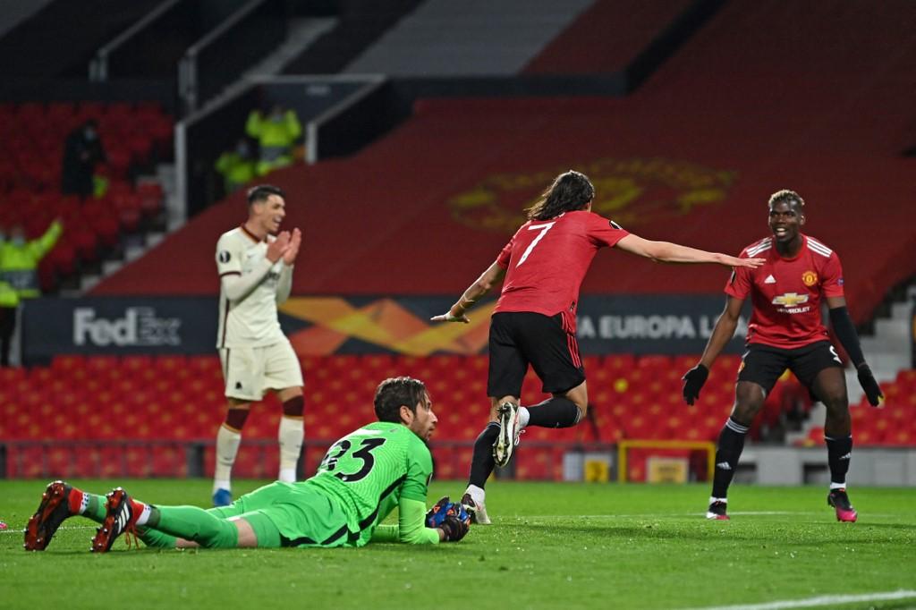 Cavani corre para comemorar um de seus gols contra a Roma