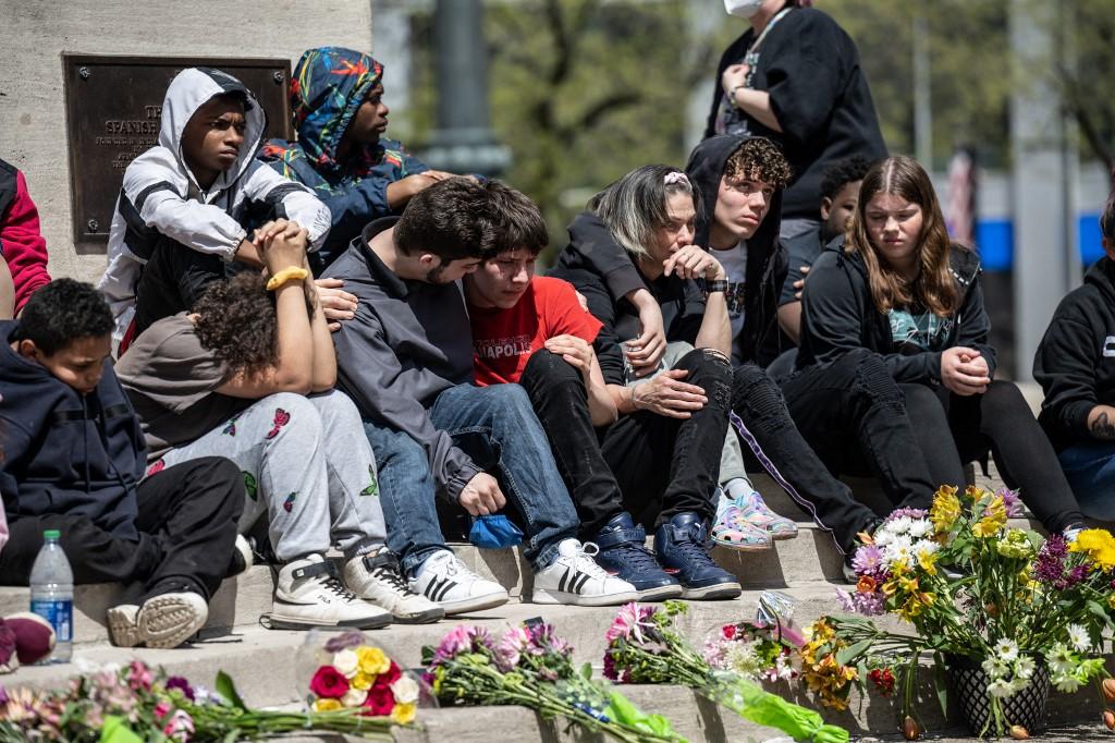 Familiares e manifestando prestam homenagens às vítimas de uma das últimas chacinas ocorridas nos EUA, nos arredores da FedEx