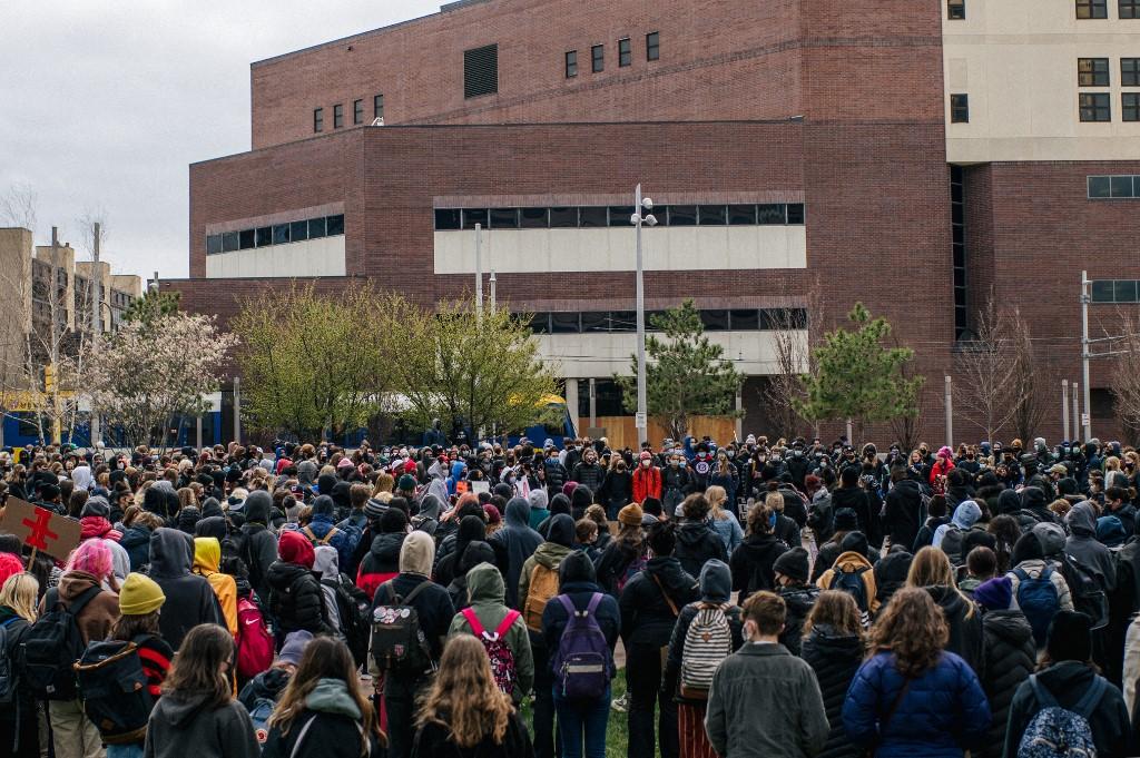 Estudantes de Minneapolis participam de ato durante o período de julgamento de Geroge Floyd
