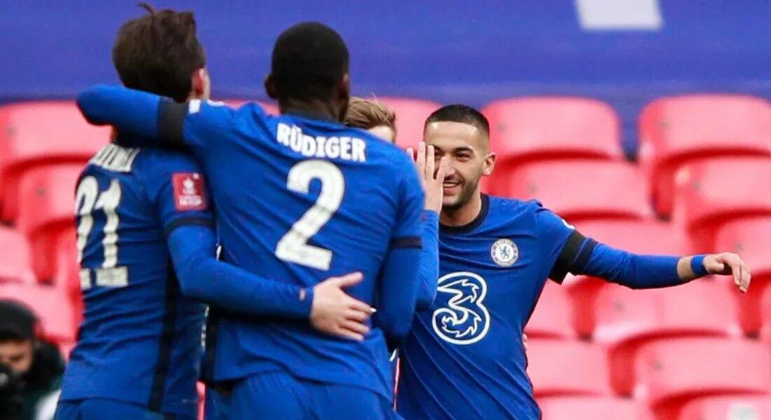 Hakim Ziyech comemora o gol do Chelsea com os colegas de elenco