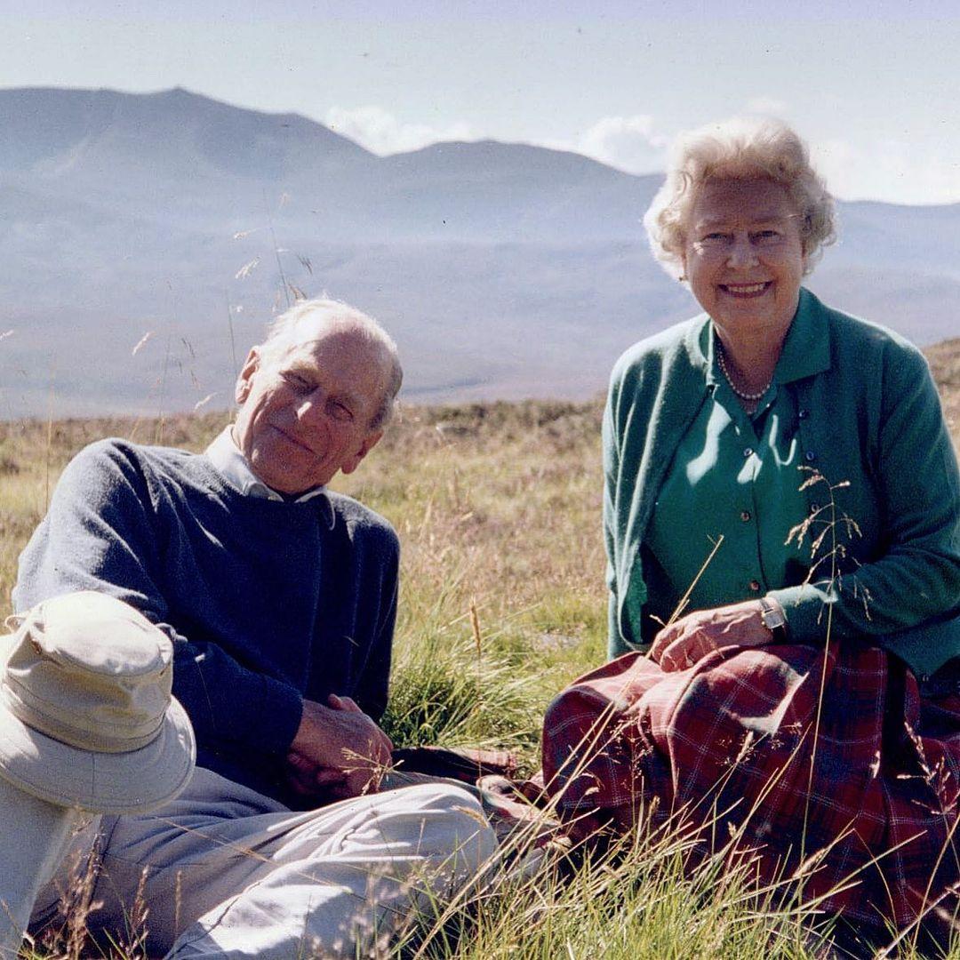Na foto, de 2003, a rainha e Philip estão sorrindo e sentados no topo do Coyles of Muick, na Escócia