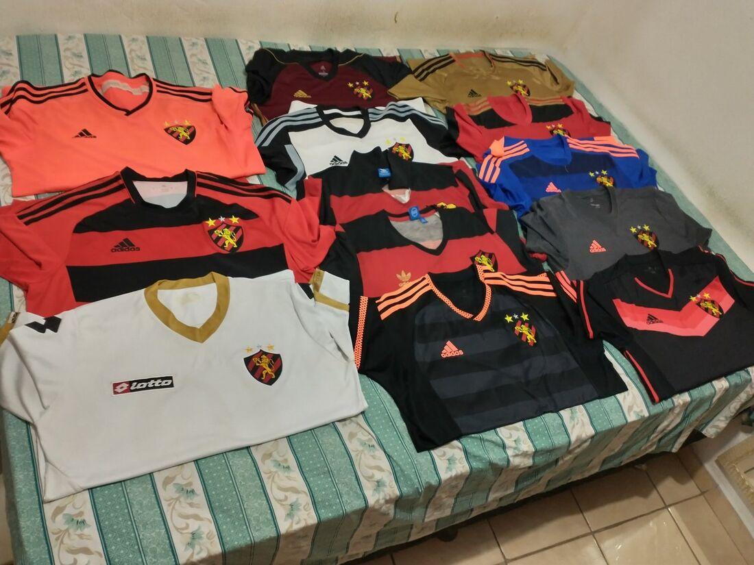 Parte da coleção de camisas de Bruno