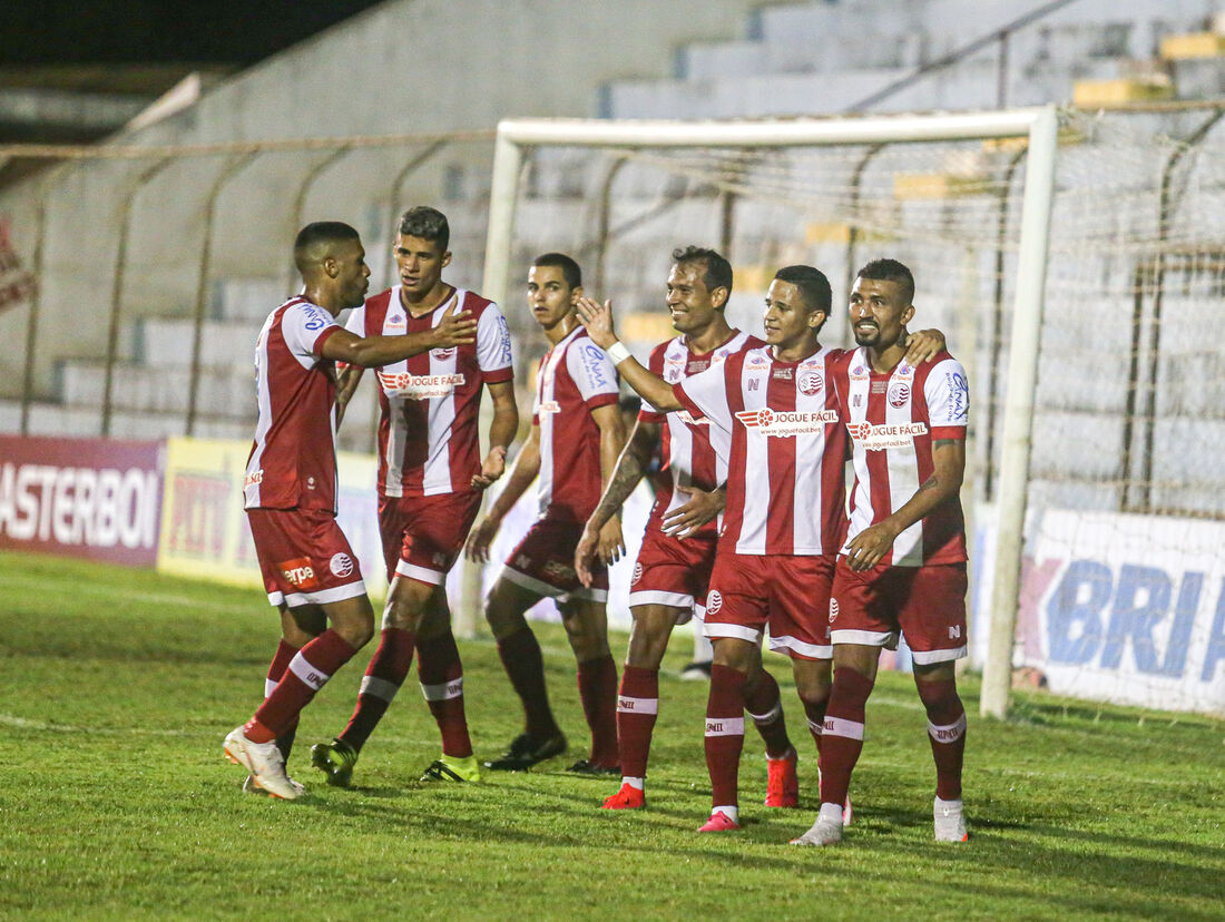 Jogadores comemoram um dos gols marcados por Erick