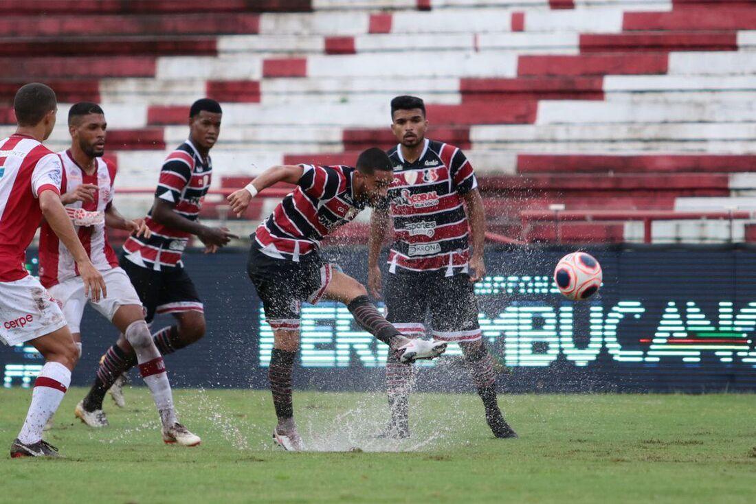 Náutico e Santa Cruz jogaram clássico em campo molhado