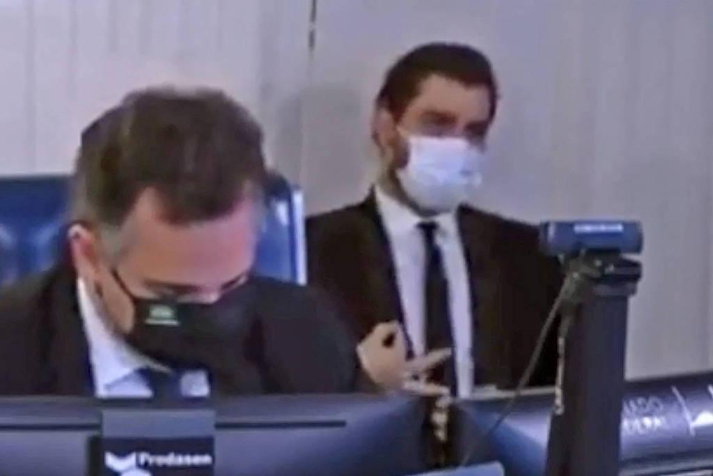 Polícia legislativa apura sinais feitos por Filipe Martins às costas do senador Rodrigo Pacheco