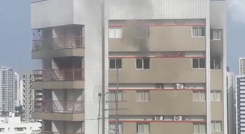 Homem conseguiu se proteger das chamas na parte externa do edifício.
