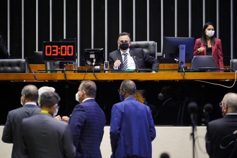 O senador Rodrigo Pacheco preside sessão do Congresso Nacional