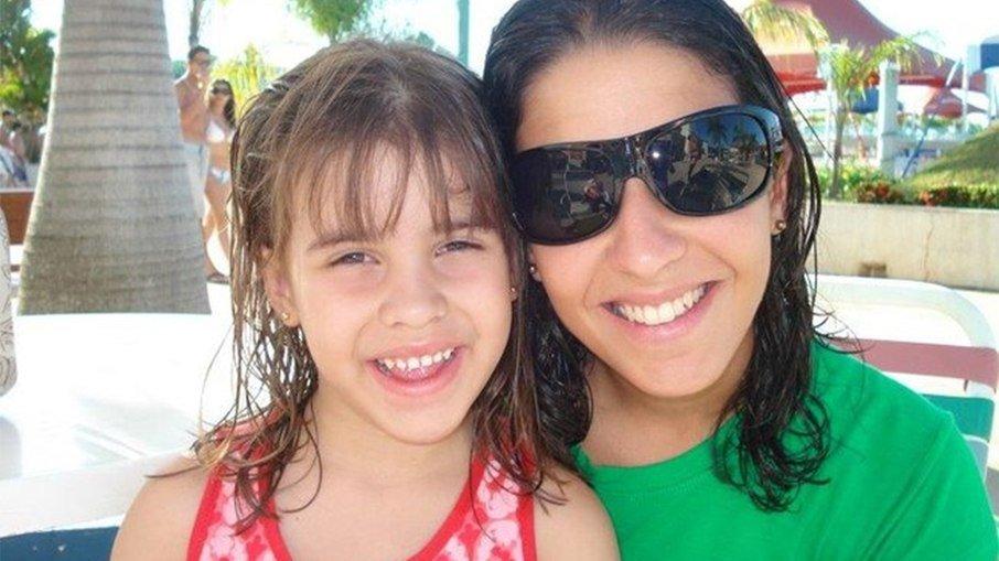 Ana Carolina Oliveira ao lado da filha, Isabella Nardoni, morta em 2008