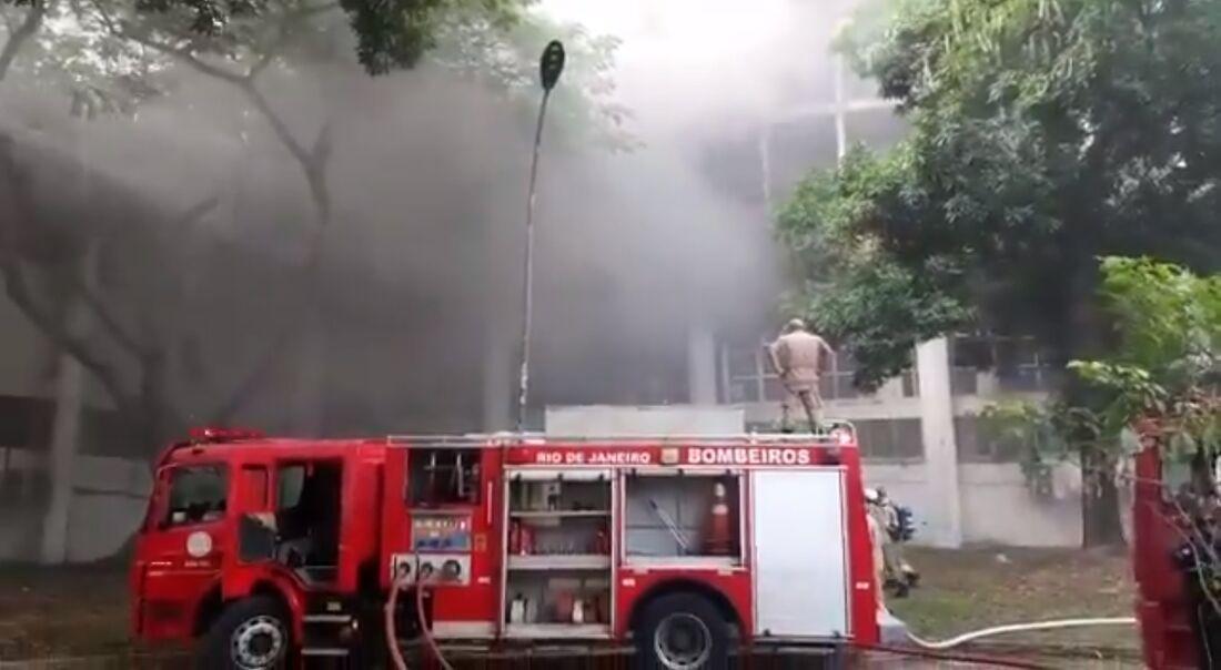 Momento em que o Corpo de Bombeiros do Rio esteve no local