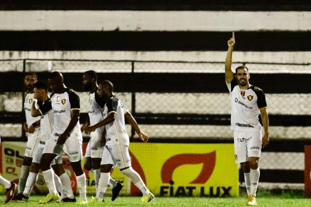 Autor do primeiro gol do Sport, Thiago Lopes comemora
