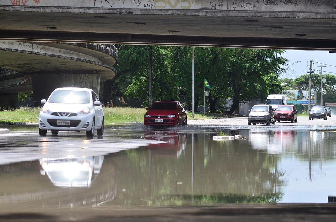 Chuvas deixam ruas alagadas no Recife