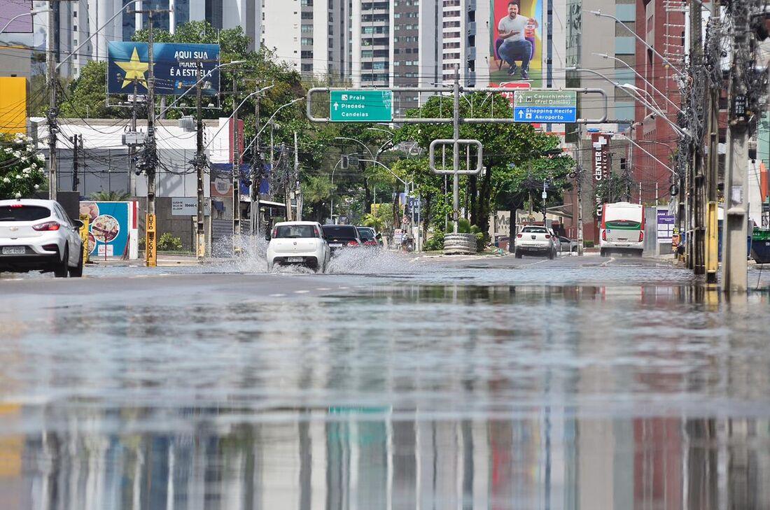 Alagamento causado pela chuva no Recife