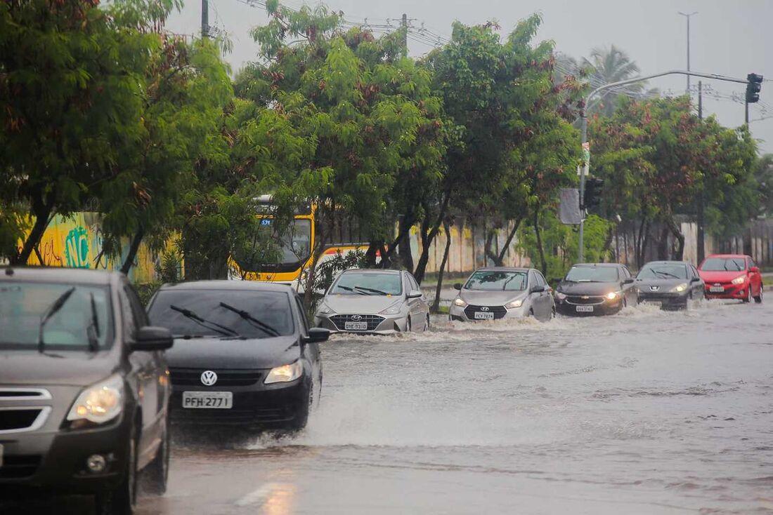 Vias do Recife amanheceram alagadas neste dominho