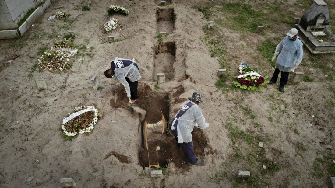 Covas abertas para as vítimas da Covid-19 no Cemitério de Santo Amaro, no Recife