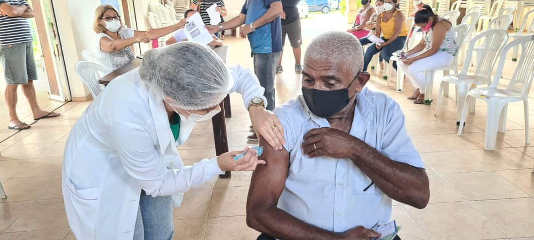 Idoso sendo vacinado contra a Covid-19 em Paulista
