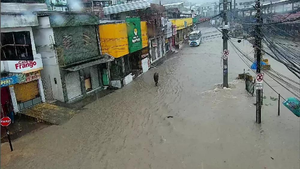 Avenida Otacílio de Azevedo, em Nova Descoberta, alagada por causa das chuvas desta sexta-feira