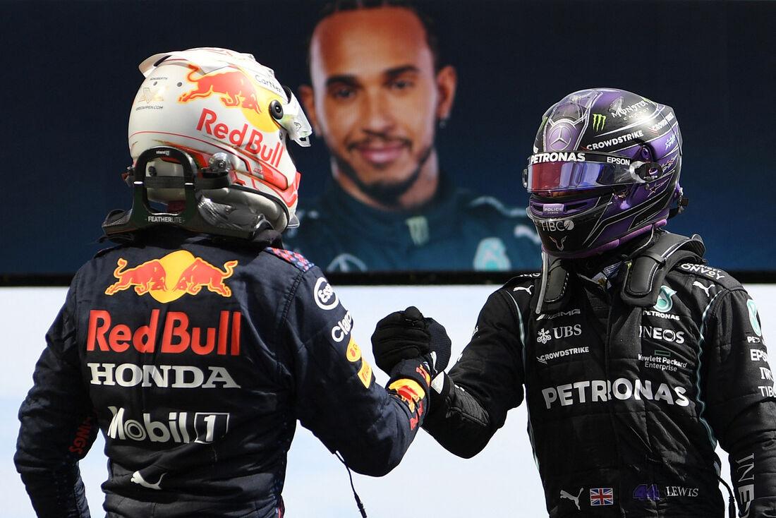 Cumprimento entre Max Verstappen, da Red Bull, e Lewis Hamilton, da Mercedes
