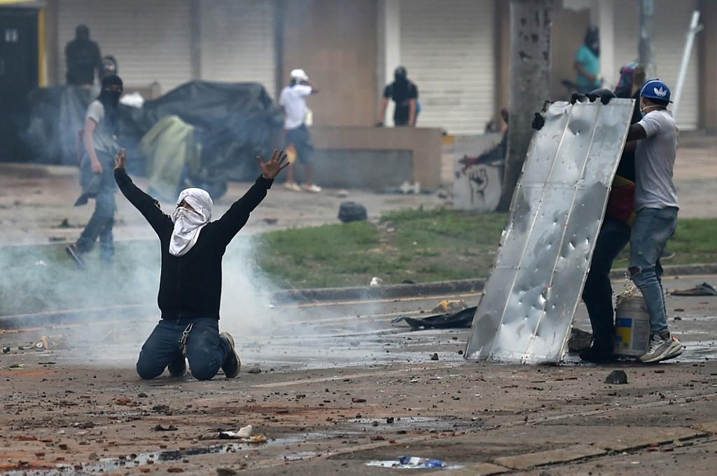 Manifestantes enfrentam tropas de choque durante o protesto na Colômbia