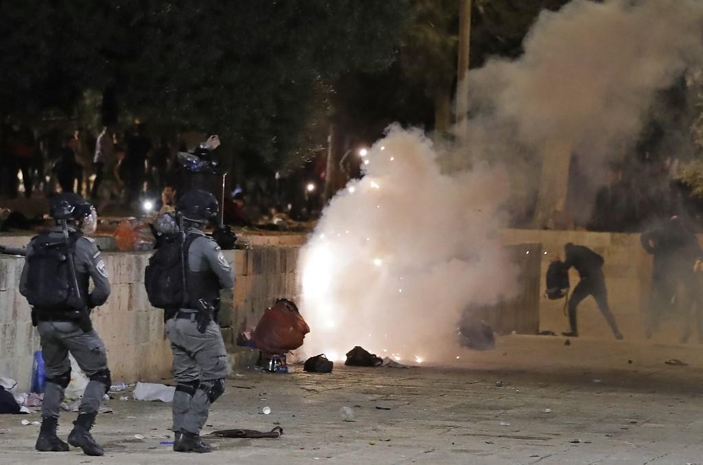 Confrontos entre a polícia israelense e os manifestantes palestinos na mesquita de Al-Aqsa, em Jerusalém