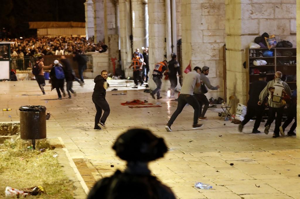 Polícia israelense joga bombas de gás em manifestantes palestinos na mesquita de Al-Aqsa, em Jerusalém