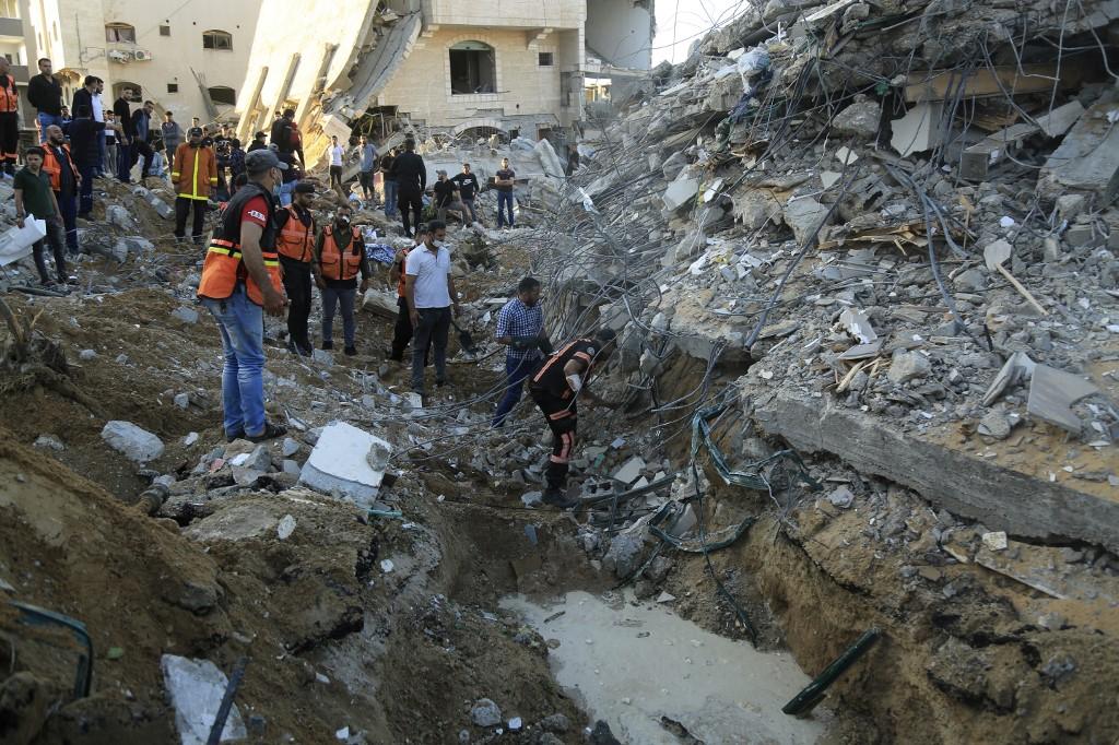 Paramédicos palestinos revistam os escombros de uma casa destruída após um ataque aéreo israelense no norte da Faixa de Gaza