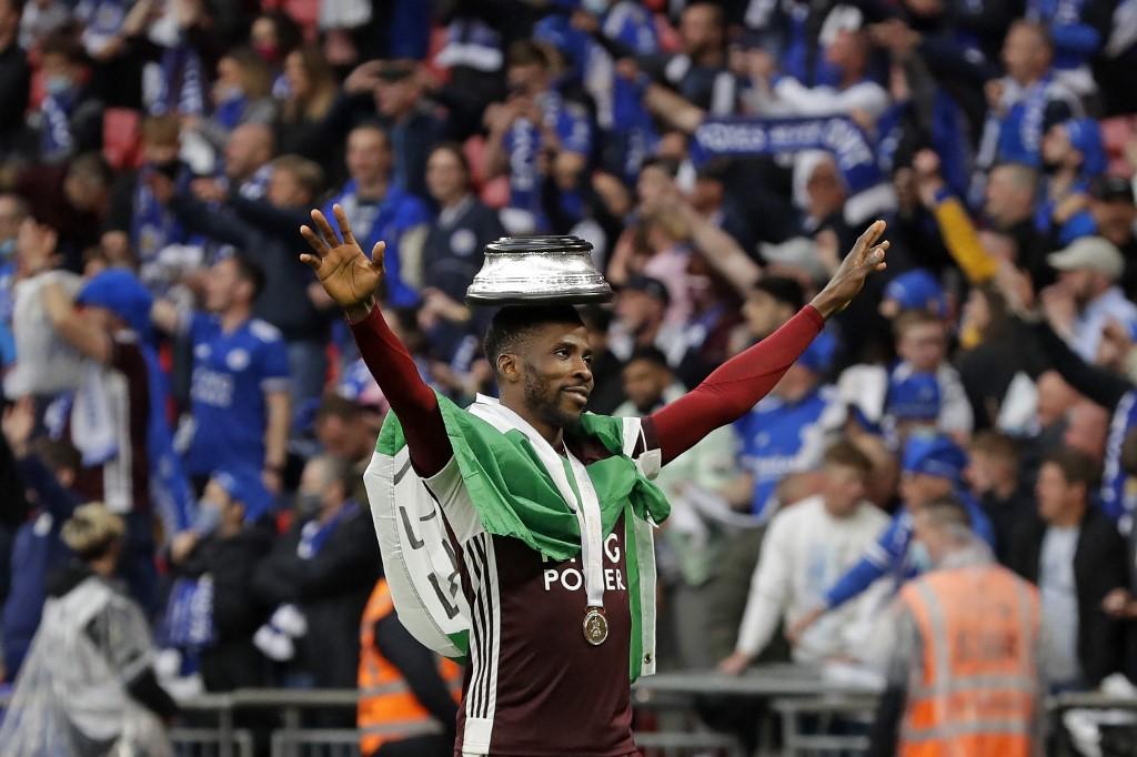 Kelechi Iheanacho, atacante do Leicester, celebra o título com a torcida