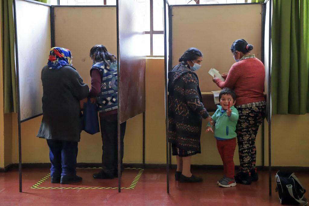 Chile conclui eleição histórica em busca de maior equidade com uma nova Constituição