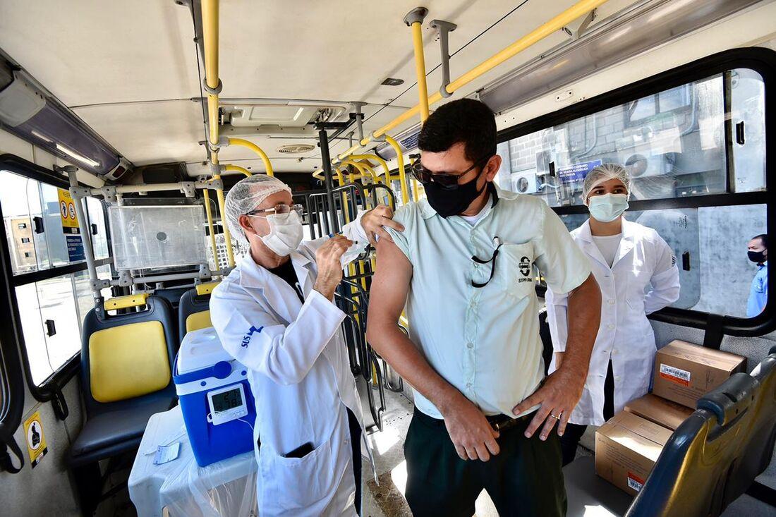 Rodoviário sendo vacinado contra a Covid-19 em Olinda