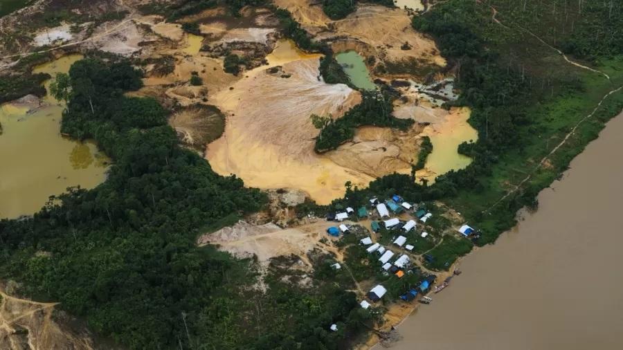 Rio Uraricoera, terra indigena dos yanomami e local de garimpo ilegal