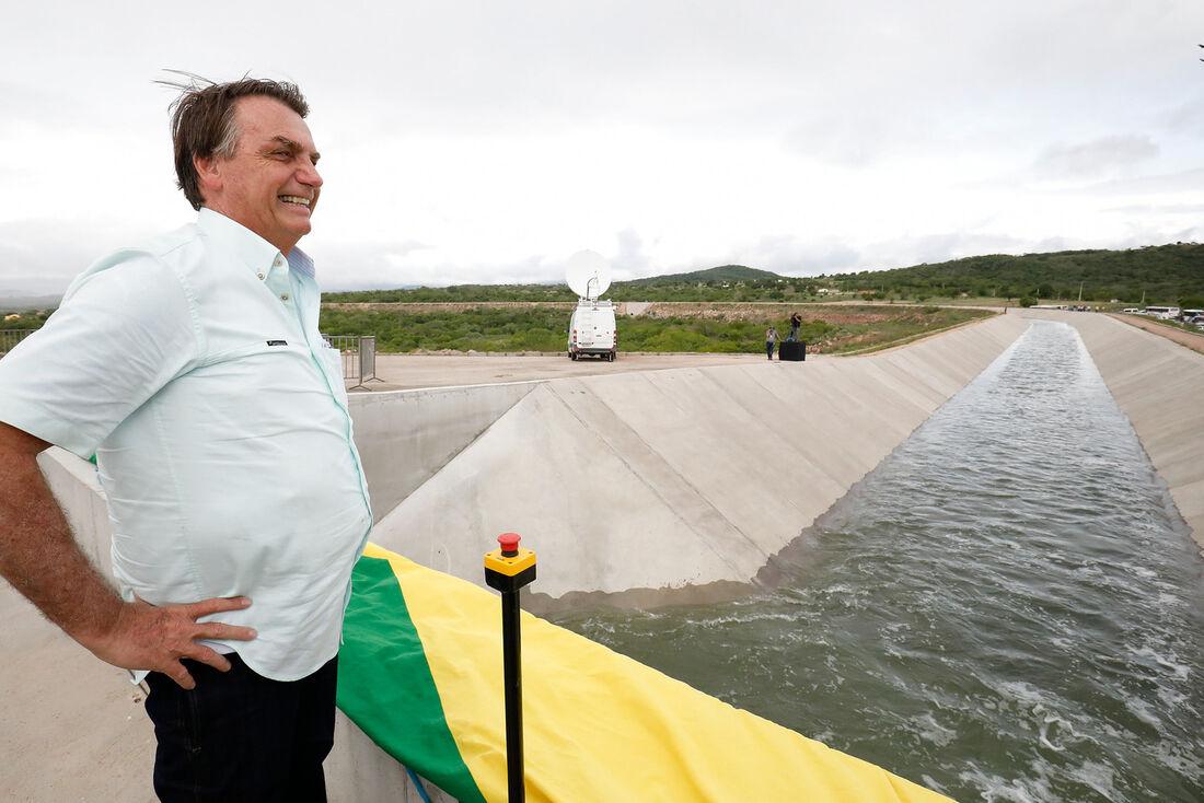 Presidente Jair Bolsonaro durante acionamento de botão que abre comporta do Canal do Sertão Alagoano