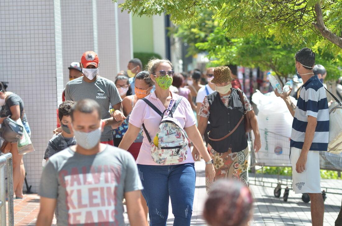 Pessoas transitam durante a pandemia da Covid-19
