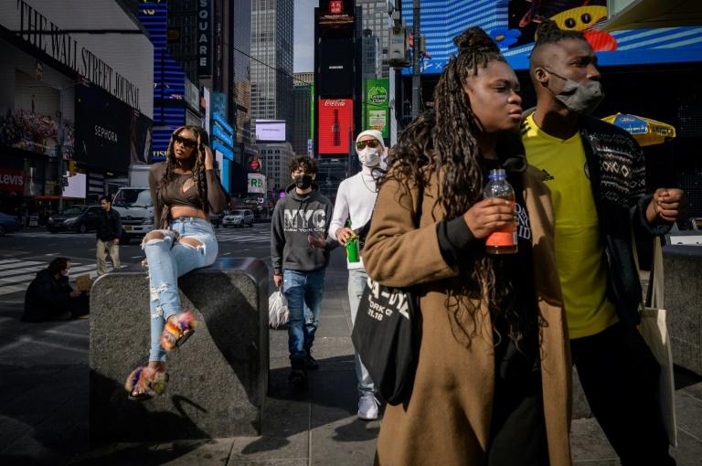 Pedestres na Times Square, Nova York em 27 de abril de 2021