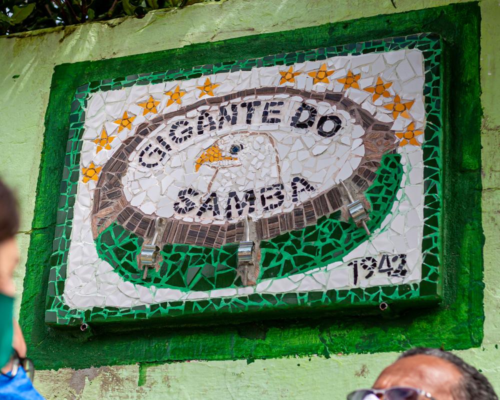 Escola de Samba Gigante do Samba recebe placa criativa de sinalização turística