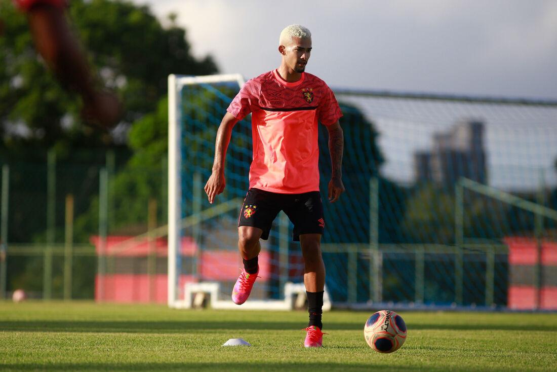 Gustavo renovou com Sport até 2026
