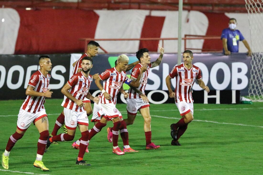 Jogadores comemoram gol de Jean Carlos