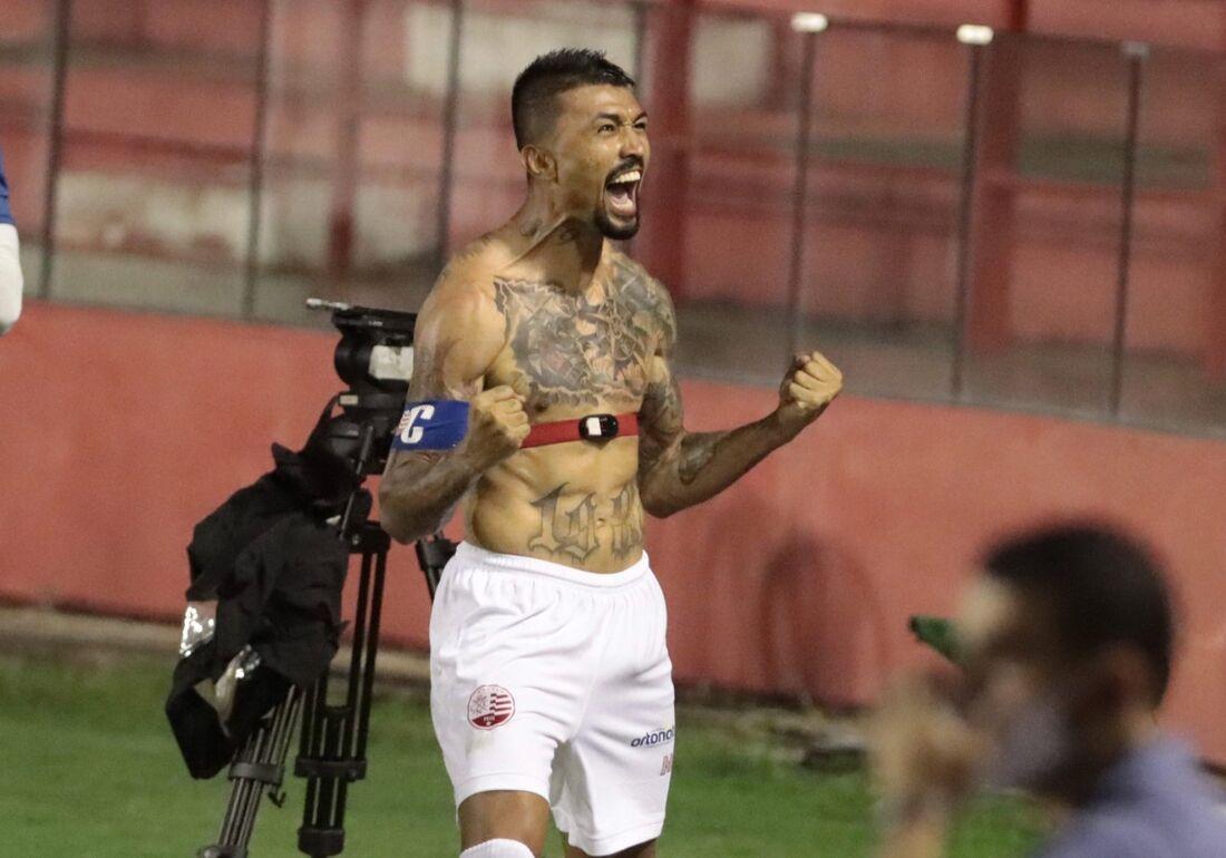 Kieza comemora gol marcado no clássico