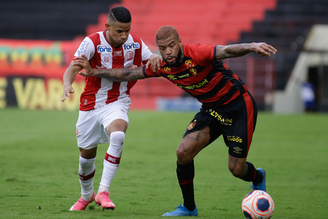 Júnior Tavares em ação contra o Náutico