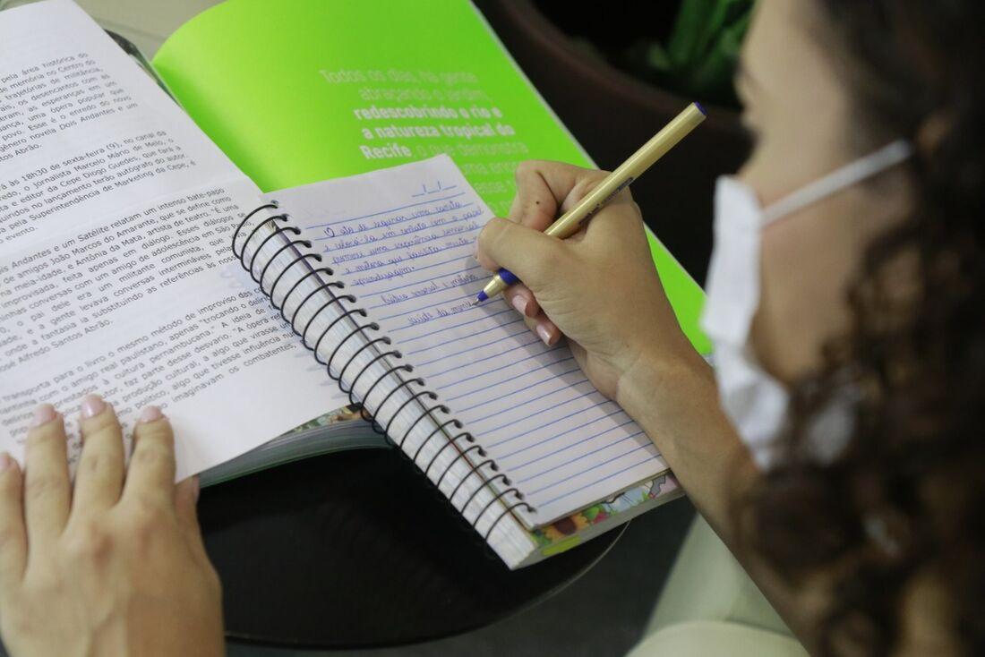 Escrever à mão facilita a memorização tanto em crianças como também em adultos