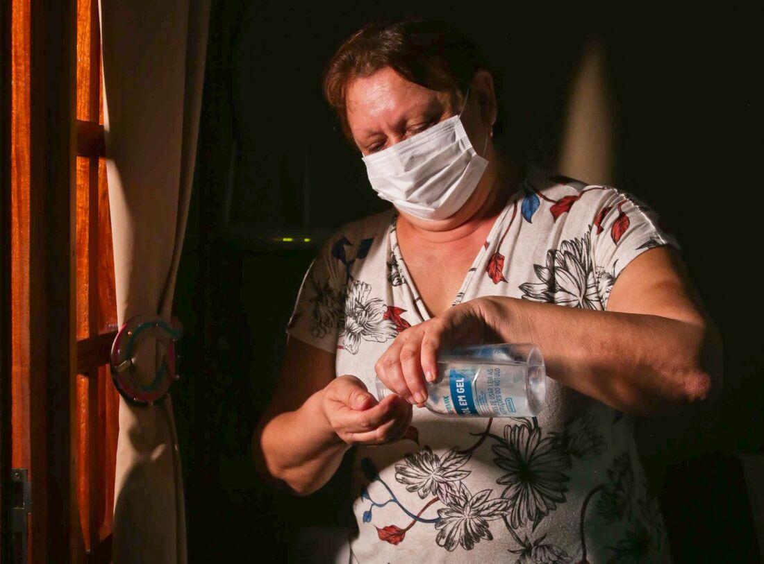 A aposentada Maria Cristina, 65 anos, tomou as duas doses da Coronavac, mas continua se cuidando
