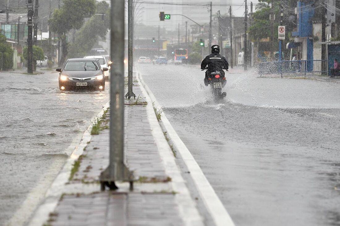 Alagamento causado pelas chuvas na avenida Norte, no Recife