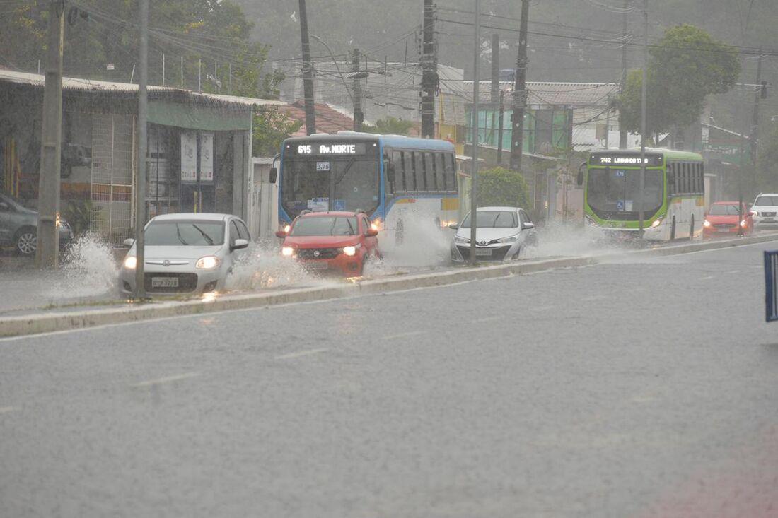 Alagamento na avenida Norte por causa das chuvas