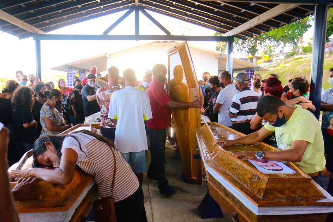 Dor e comoção no enterro das quatro vítimas da mesma família de um deslizamento de terra em Cavaleiro- Jaboatão dos Guararapes