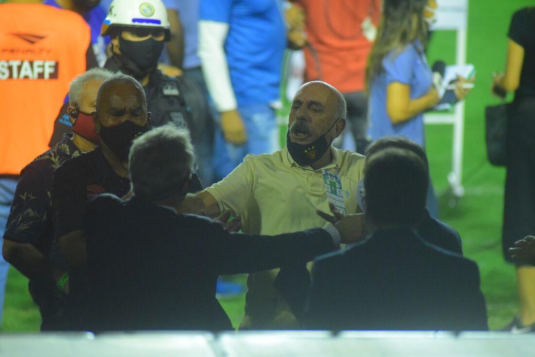 Fred Domingos, dirigente do Sport, discute com o presidente da FPF, Evandro Carvalho