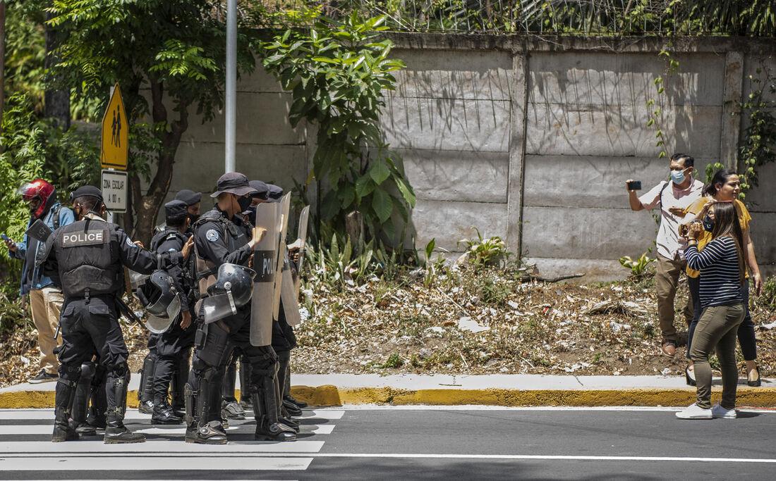 Polícia de choque monta guarda do lado de fora da casa de Cristiana Chamorro, ex-diretora da Violeta Barrios de Chamorro